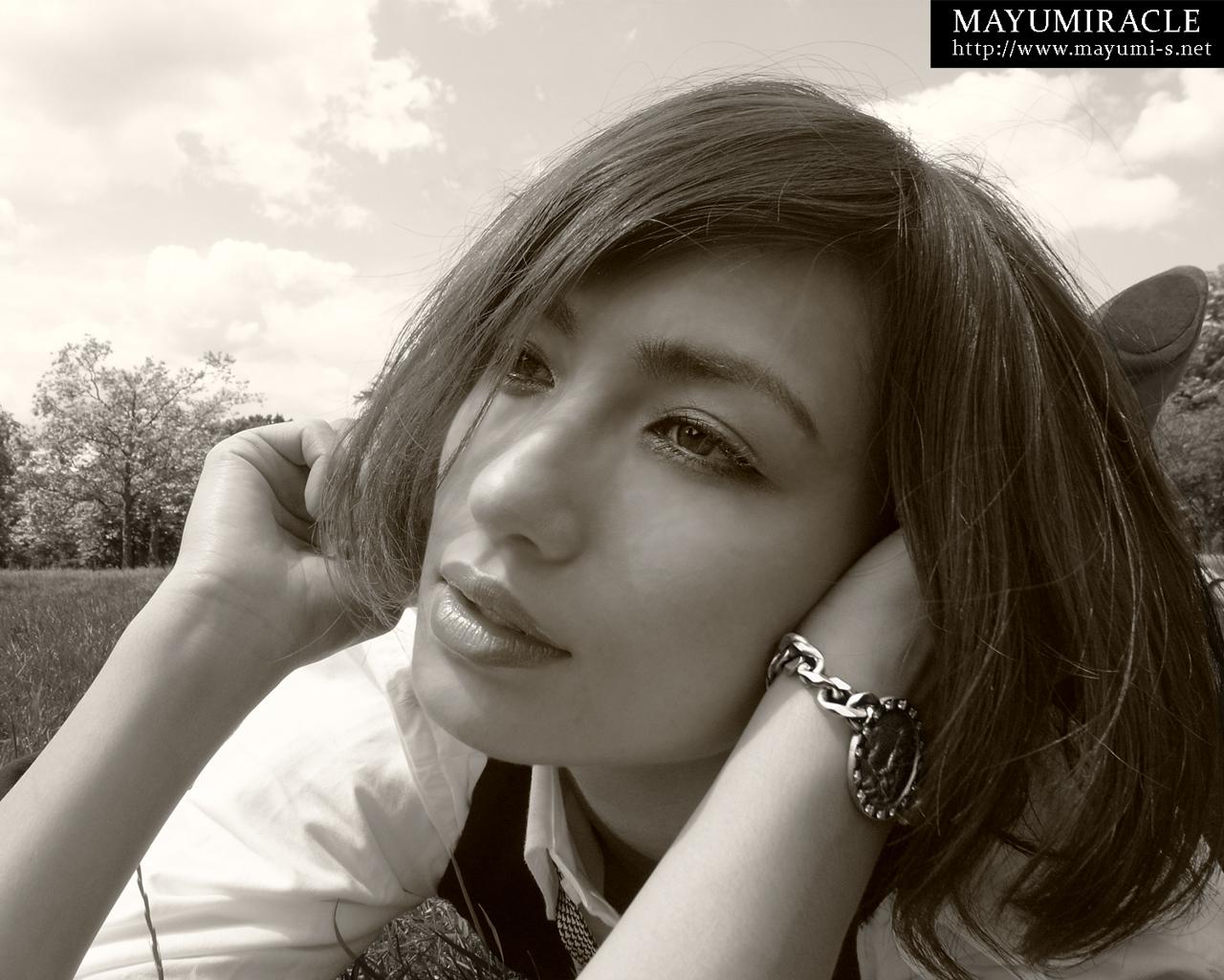 チェーンの腕時計をしたボブヘアーの佐田真由美の画像