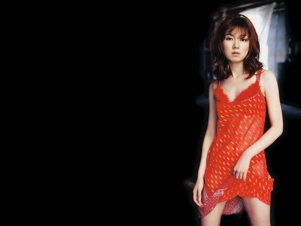 赤い服の小嶺麗奈
